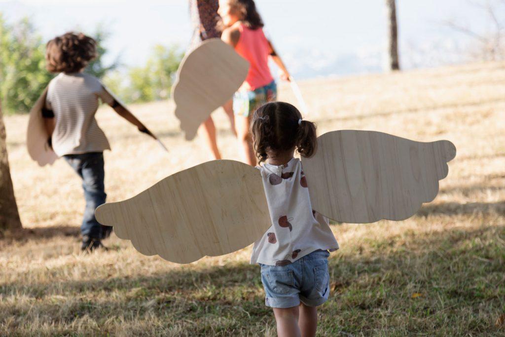 Fotografía de infancia xogando a voar na natureza