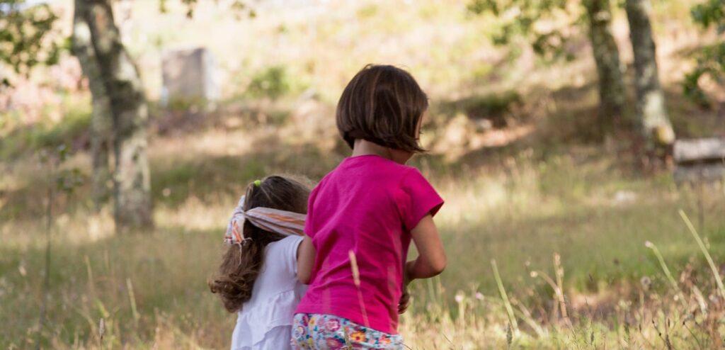 Parellas de nenas a pasear polo bosque